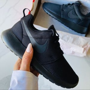 NWT Nike Roshe one triple black
